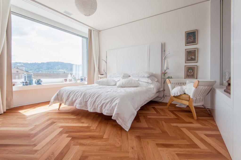 SkyLine_Swiss_Edition_Riemenparkett_2_Schicht_Fischgrat_Schweizer_Birnbaum_gedaempft_geoelt_natur